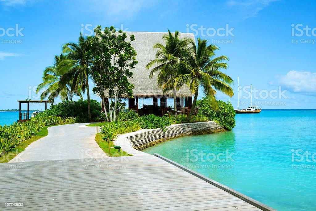 A ponte de madeira para casa de praia - foto de acervo