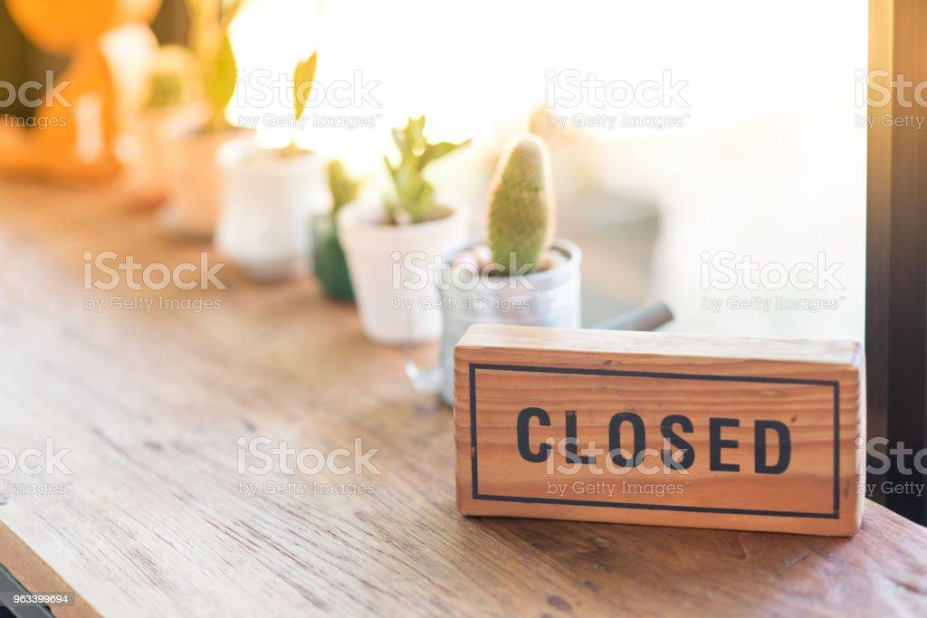 Drewniany znak mówi zamknięty - Zbiór zdjęć royalty-free (Mały biznes)