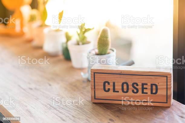 Drewniany Znak Mówi Zamknięty - zdjęcia stockowe i więcej obrazów Mały biznes