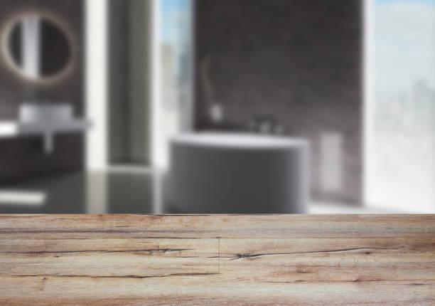 A mesa de madeira. Interior turva. Casa de banho - foto de acervo