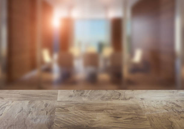 A mesa de madeira. Interior turva. Escritório - foto de acervo