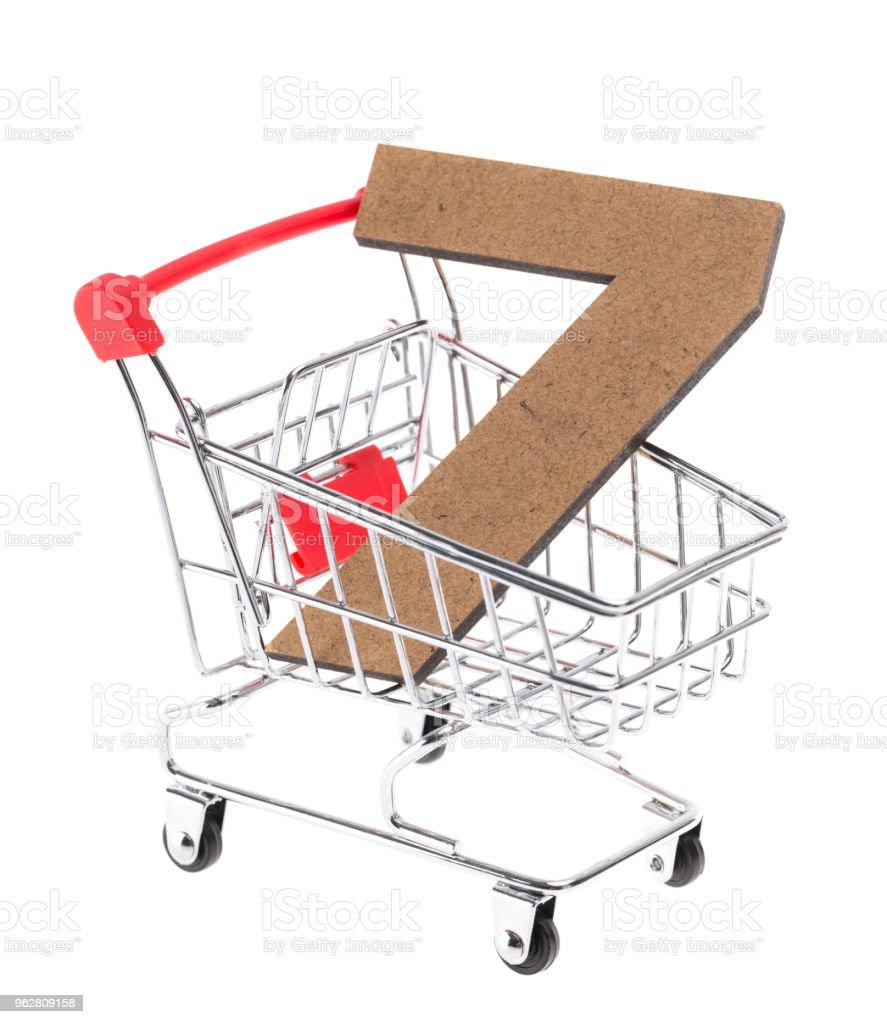 """o de madeira tridimensional volumétrico dígito """"7"""" em um mini carrinho carrinho no fundo branco - Foto de stock de Branco royalty-free"""
