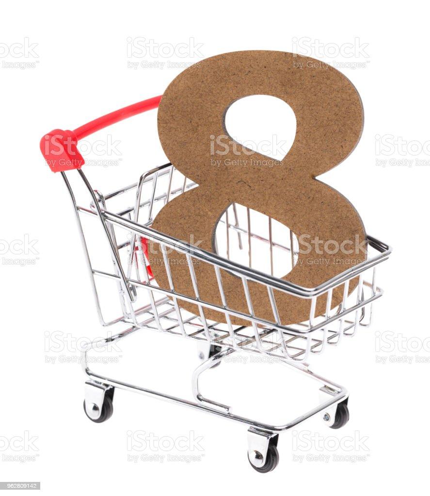 """o de madeira tridimensional volumétrico dígito """"8"""" em um mini carrinho carrinho no fundo branco - Foto de stock de Branco royalty-free"""