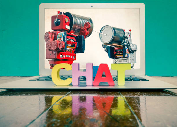 das wort chat auf einem laptop auf einem holzfußboden - converse taylor stock-fotos und bilder