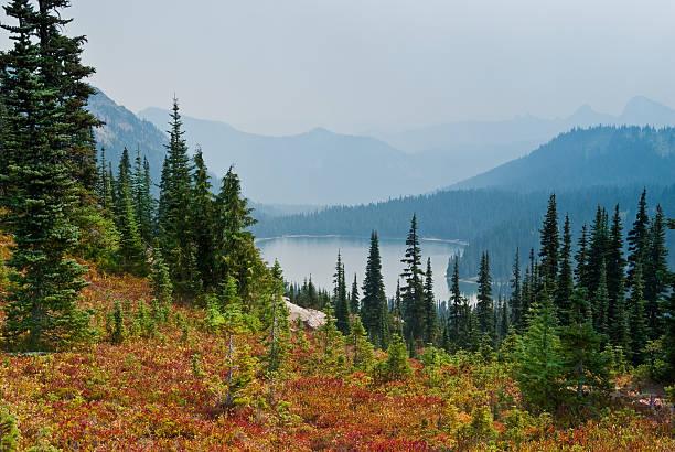 rauch aus wildfires dass die dewey lake - pacific crest trail stock-fotos und bilder