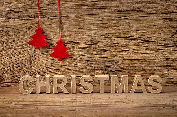 das wort weihnachten vor einem rustikalen hintergrund - filzunterlage stock-fotos und bilder