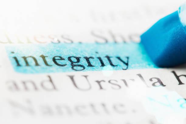 la mot «l'intégrité» mis en évidence en pasante page imprimée - honnêteté photos et images de collection