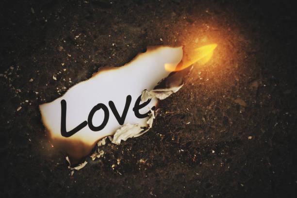 """das wort """"love"""" going up in flames - liebesbeweis für ihn stock-fotos und bilder"""