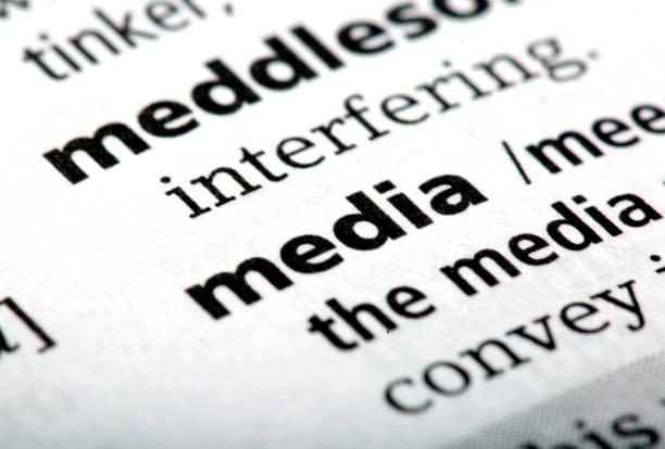 die wort medien gedruckt und in das englische wörterbuch definiert - medium strähnchen stock-fotos und bilder
