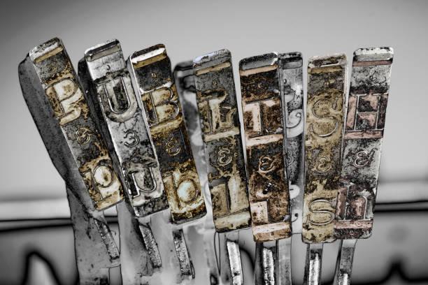 das wort publiish mit alter schreibmaschine 1 - erzählender schreibstil stock-fotos und bilder