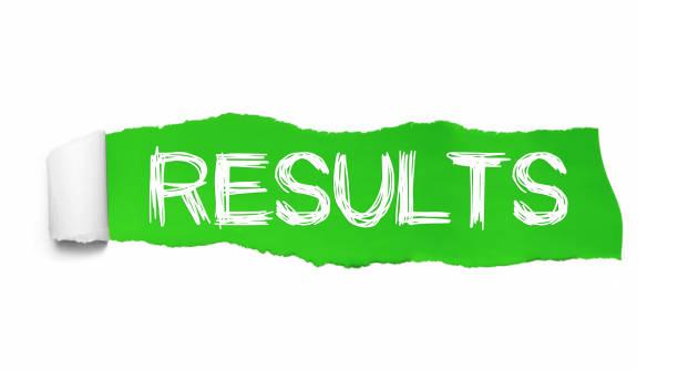 de ord resultat som visas bakom gröna pappersrevor - examensresultat bildbanksfoton och bilder