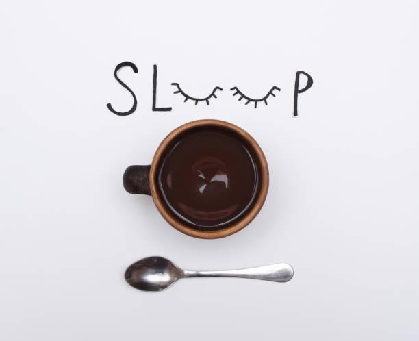 """단어 """"절전"""" 한 잔의 커피와 금속 숟가락으로 - 커피 마실 것 뉴스 사진 이미지"""