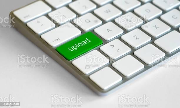 Słowo Upload Napisane Na Klawiaturze - zdjęcia stockowe i więcej obrazów Bez ludzi