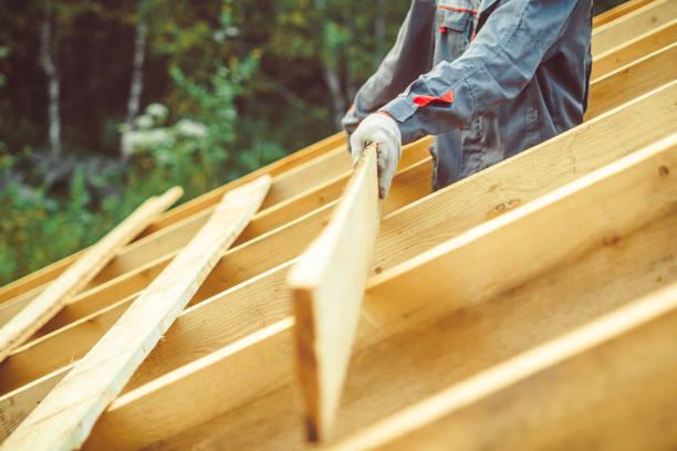 die Arbeitskraft ist das Dach bauen. – Foto