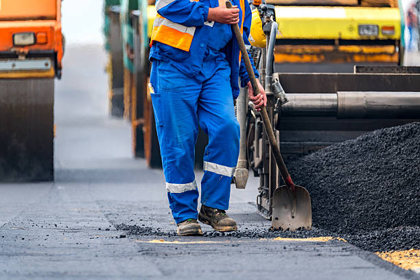 The workers and the asphalting machines - foto stock