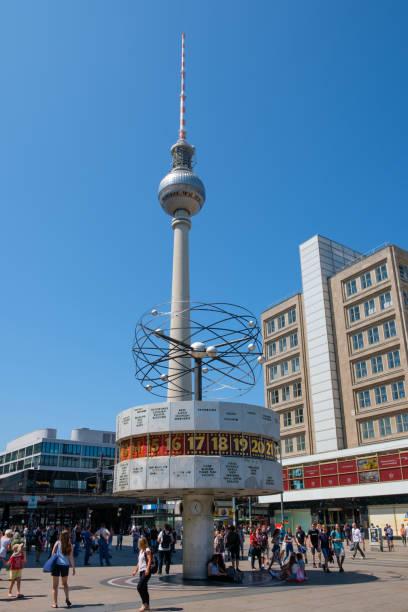 die weltzeituhr und fernsehturm am alexanderplatz in berlin, deutschland - weltzeituhr stock-fotos und bilder