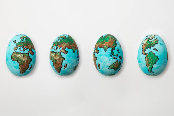 die welt auf eier zeigen drehung zyklus des planetenerde auf isolierten weißen hintergrund gemalt - schöne osterbilder stock-fotos und bilder