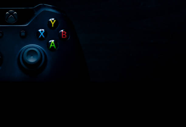 der xbox one controller sitzt als präsentationsmaterial in der ecke des bildes - microsoft windows stock-fotos und bilder