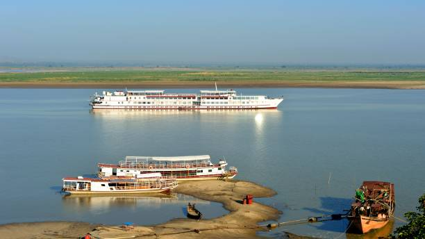 Die Yacht lag auf dem Fluss – Foto