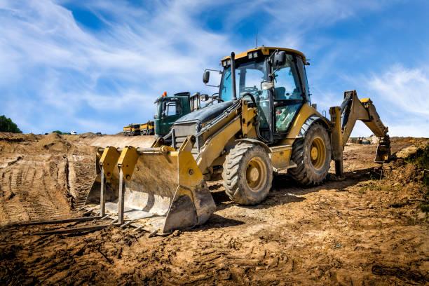 den gula eart movern på byggandet av motorvägen, polen - excavator bildbanksfoton och bilder
