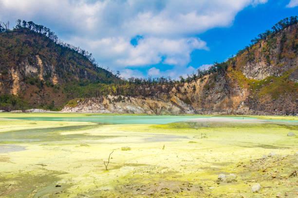 los depósitos de azufre amarillo y el lago azul de kawah putih, indonesia - kawah putih fotografías e imágenes de stock