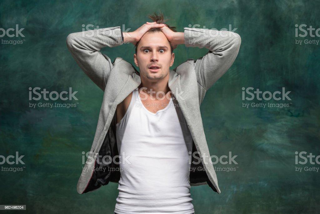 O jovem atraente olhar surpreso - Foto de stock de Adulto royalty-free