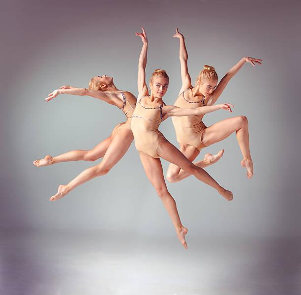 Die junge schöne Primaballerina Tänzer springen auf grau Hintergrund – Foto