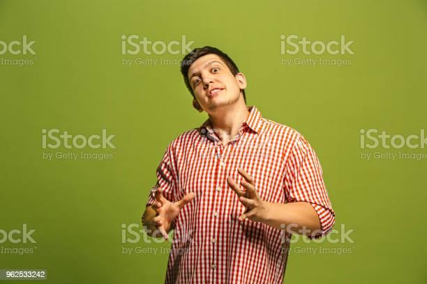 Foto de O Emocional Bravo Jovem Gritando Sobre Fundo Verde Studio e mais fotos de stock de Adulto