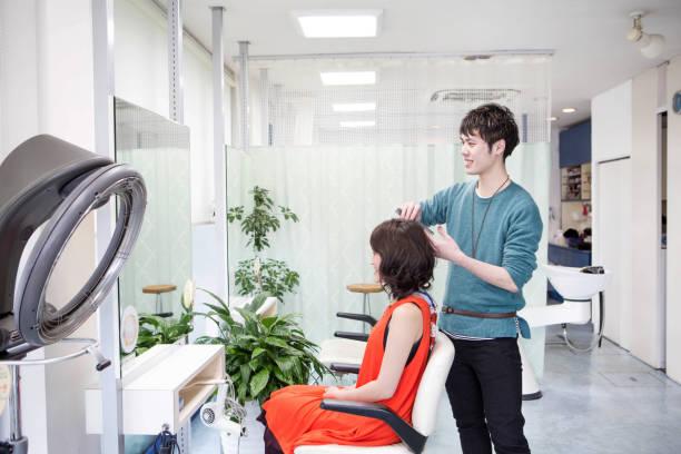 若い美容師が女性の髪を終了 - 美容室 ストックフォトと画像