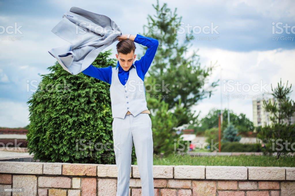 De jonge man jurken een jas - Royalty-free 18-19 jaar Stockfoto