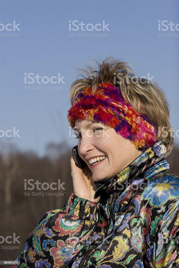 La giovane donna all'aperto parla foto stock royalty-free