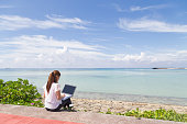 The young woman who operates a  PC by the sea