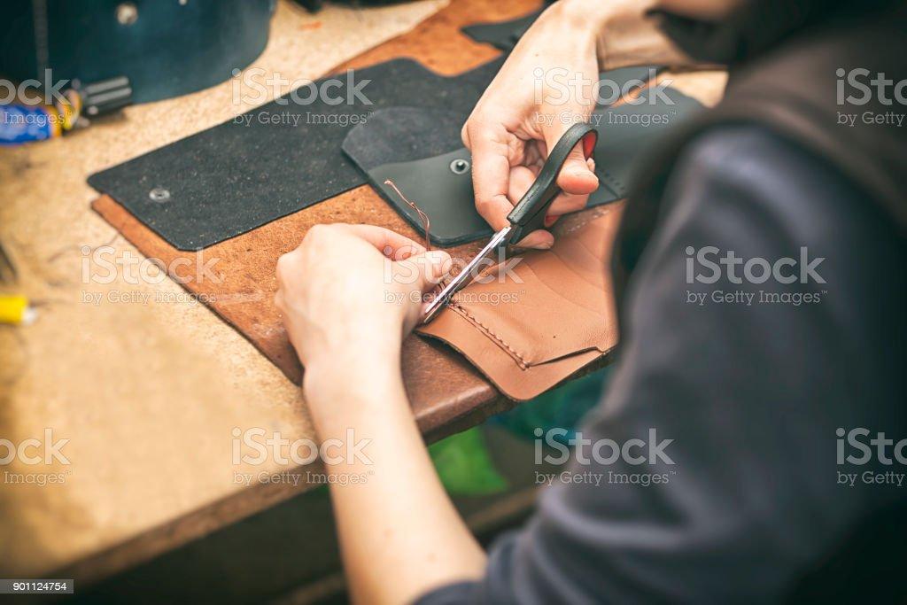 Die junge Frau arbeitet mit Leder – Foto