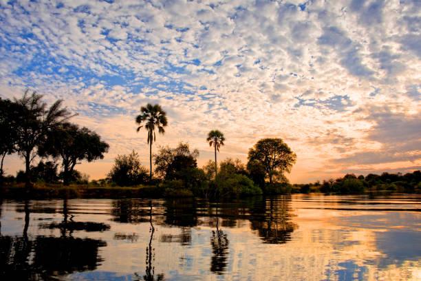 die zambeze fluss bei sonnenuntergang, sambia - sambia stock-fotos und bilder