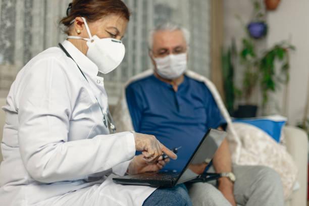 diyabet teması.glikozu sağlık profesyonellerinin evine giderek ölçülen adam. kandaki glikoz seviyesini ölçmek için bir aletin teknolojisini kullanır. - covid testing stok fotoğraflar ve resimler