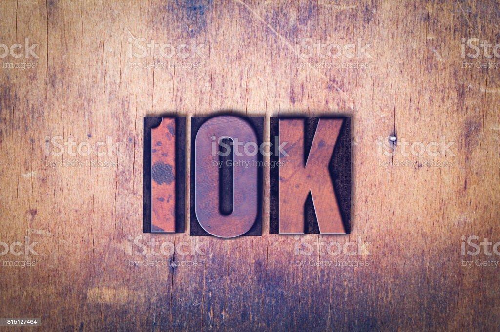 10K tema tipografia palavra sobre fundo madeira - foto de acervo