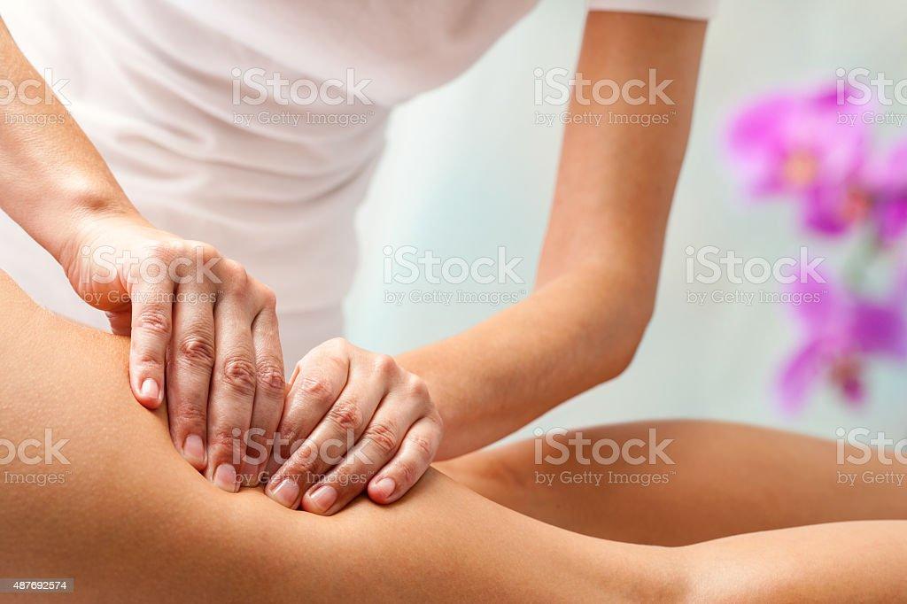 Therapeut Druck mit den Händen auf den Oberschenkel. – Foto
