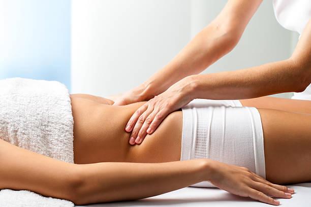 masseur tun massage heilenden bauch auf weibliche patienten. - chiropraktik wellness stock-fotos und bilder