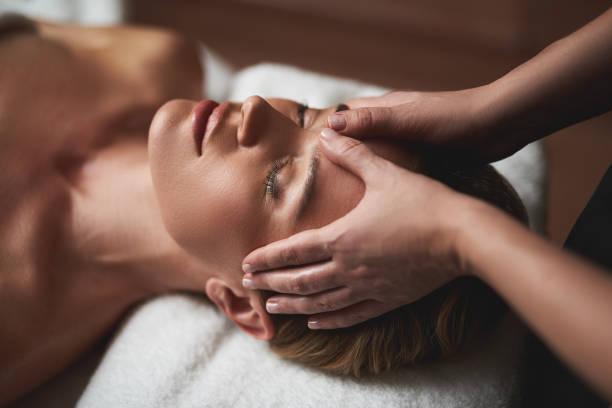 terapist anti yaş alın masaj kırışıklıkları yapmak - massage stok fotoğraflar ve resimler