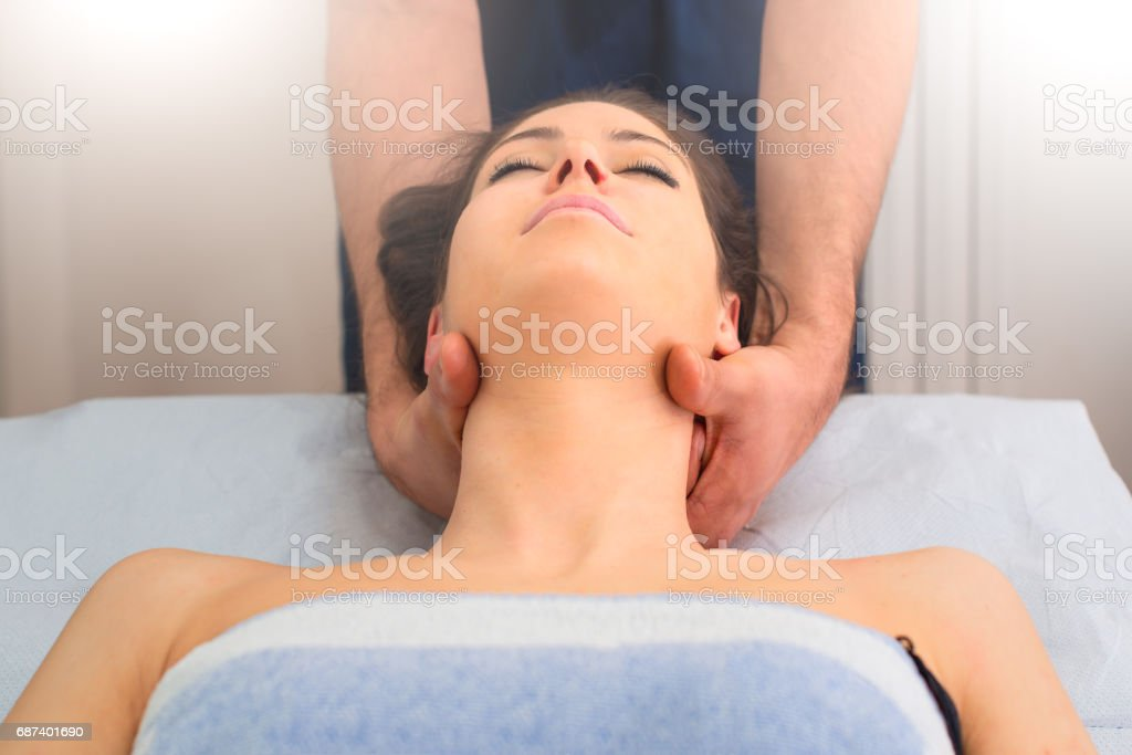Therapist massaging the neck of woman In the by a professional – Foto