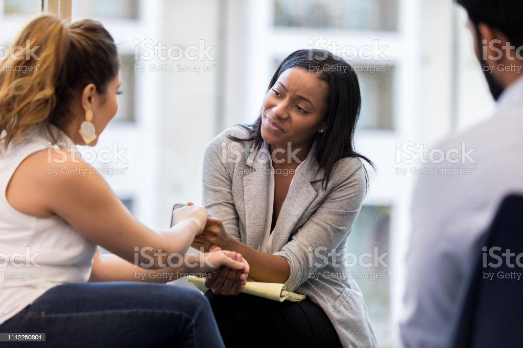 En terapeut visar med känsla - Royaltyfri Affärskvinna Bildbanksbilder