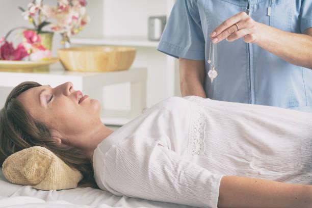 Therapeut mit Pendel, um eine Diagnose zu stellen – Foto