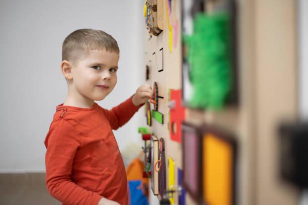 therapie des spielens - autismus stock-fotos und bilder