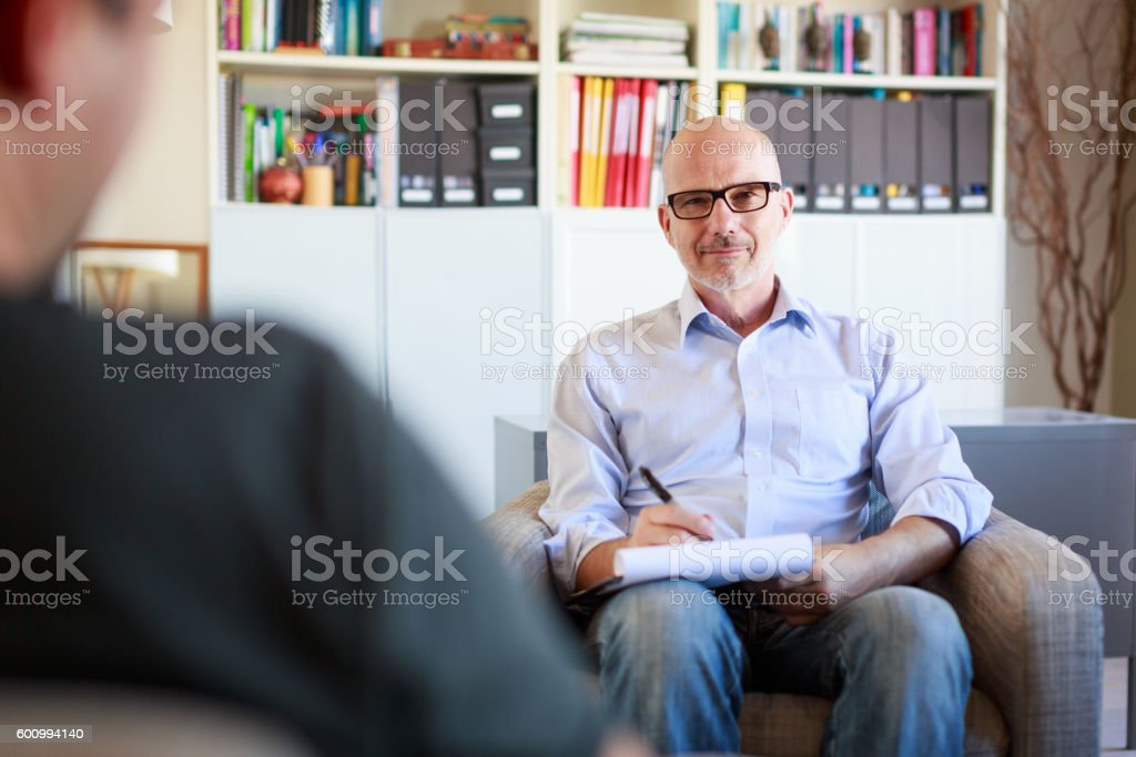 Therapy session, adult man talking to his psychotherapist – Foto