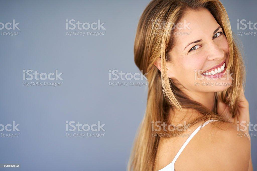 Existen muchas razones para ser feliz hermosa - foto de stock