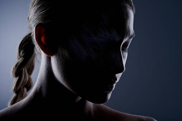 es gibt schönheit hinter der dunkelheit - gegenlicht stock-fotos und bilder