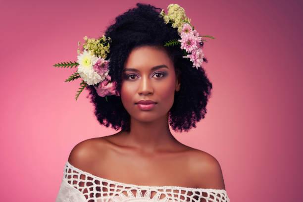 il y a la beauté à l'intérieur et tout autour de nous - coiffure africaine photos et images de collection