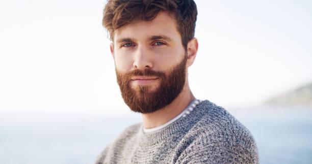 er is gewoon iets over hem, misschien is het zijn baard - portait background stockfoto's en -beelden
