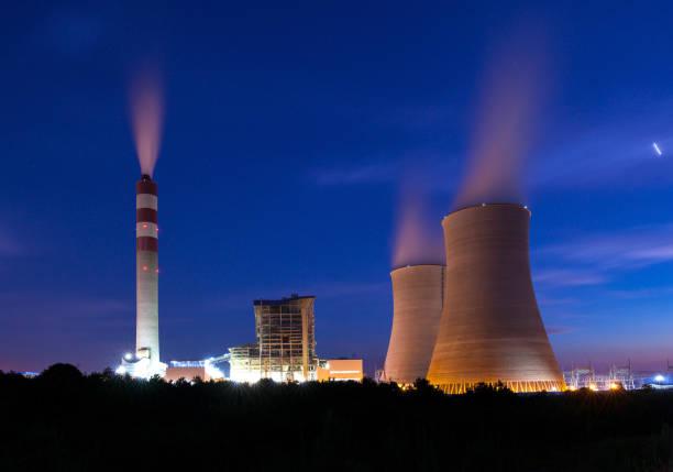 Thermisches Kraftwerk in der Nacht – Foto