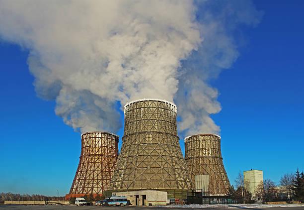 thermische kraftwerk in der stadt - tunnelkamin stock-fotos und bilder